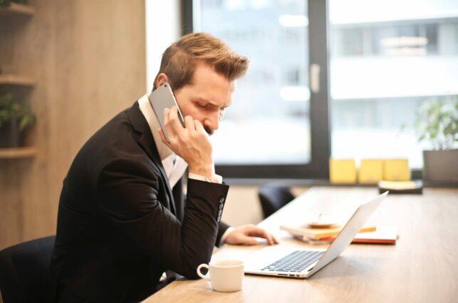 Man-bezorgd-aan-de-telefoon