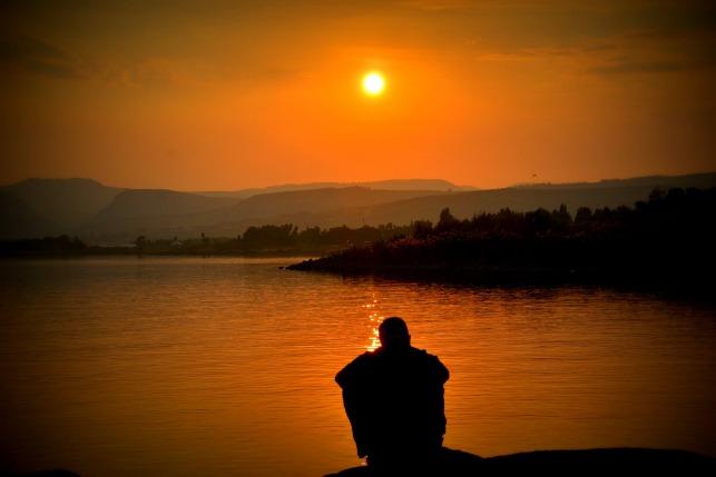 Zonsondergang-man-bij-een-meer